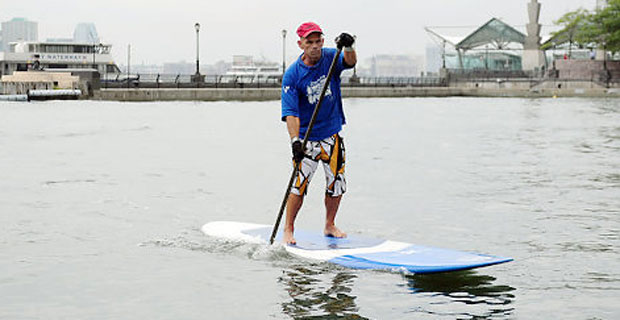 Tom Jones paddles into Battery Park City (Credit: New York Daily News)